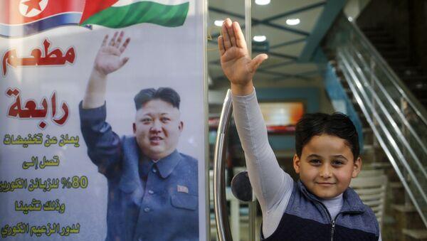 Pyongyang yönetiminin ABD'nin Kudüs kararını kınaması sonrası Gazze'deki Cebaliye mülteci kampı girişinde bir et restoranı işleten Selim Rabaa adlı Filistinli, Kuzey Kore lideri Kim'e minnettarlığını ilginç bir kampanyayla duyurdu. Rabaa, restoranının kapısına Kore lideri Kim'in Filistin davasındaki rolüne teşekkür için Koreli müşterilere yüzde 80 indirim diye yazdı. - Sputnik Türkiye