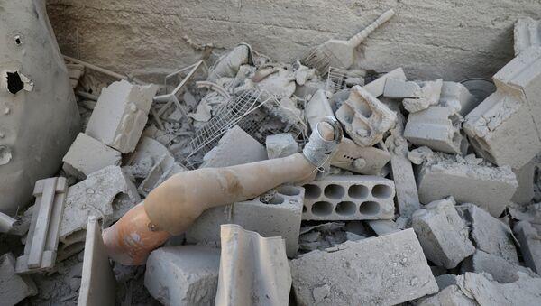 Dera'daki yıkıntılar arasında protez bir bacak - Sputnik Türkiye