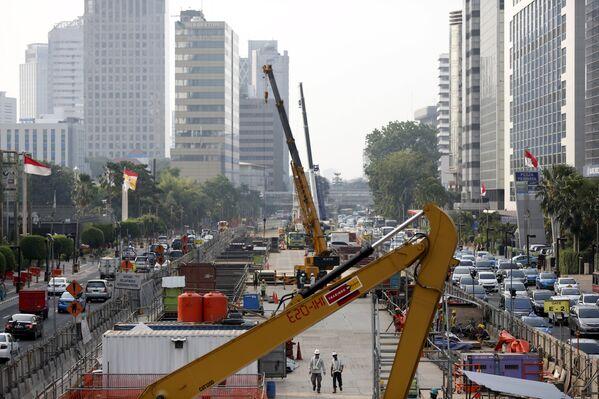 Workers using heavy machinery are seen constructing the new MRT line in central Jakarta, Indonesia July 2, 2015 - Sputnik Türkiye