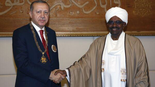Cumhurbaşkanı Recep Tayyip Erdoğan'a, Sudan Cumhurbaşkanı Ömer Beşir tarafından Yüksek Devlet Nişanı takdim edildi - Sputnik Türkiye