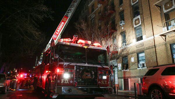 Bronx mahallesindeki hayvanat bahçesi yakınlarından bulunan 5 katlı bir apartmanda çıkan yangında 12 kişi hayatını kaybetti, 4 kişi ise ağır yaralandı. Ölenler arasında 1 yaşındaki bir çocuğun da bulunduğu belirtildi. - Sputnik Türkiye