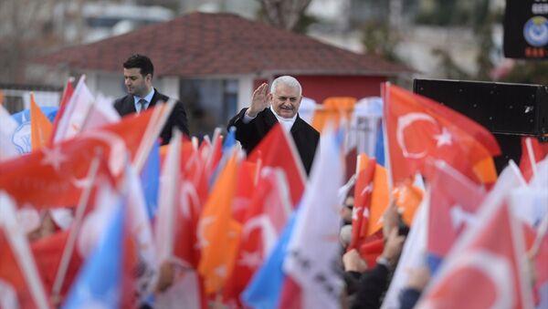 Başbakan ve AK Parti Genel Başkanvekili Binali Yıldırım, partisinin Burdur 6. Olağan İl Kongresi'ne öncesinde kongrenin yapılacağı salonun önünde vatandaşlara seslendi. - Sputnik Türkiye