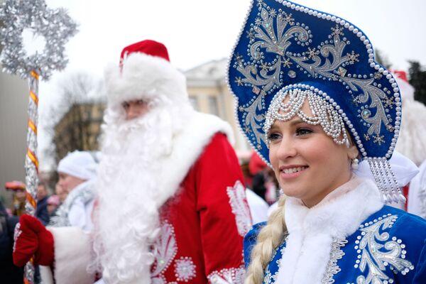 Rusya'nın Krasnodar kentinde Ayaz Dede (Rus Noel Baba) yürüyüşündeki Kar Tanesi (Rus Kar kızı Snegoruçka) - Sputnik Türkiye
