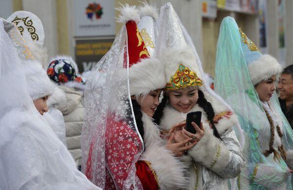 Kırgızistan'ın başkenti Bişkek'teki bir etkinlikteki Kar kızları - Sputnik Türkiye