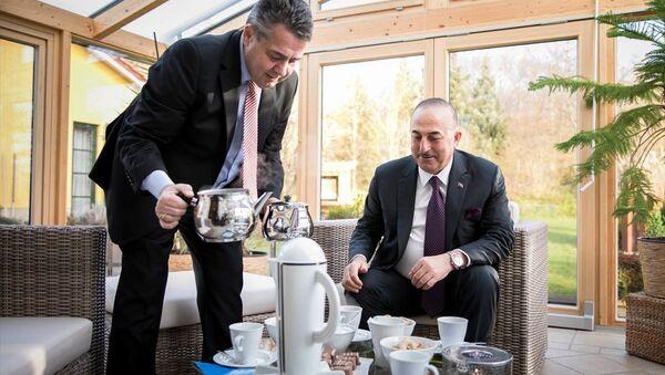 Almanya Dışişleri Bakanı Sigmar Gabriel, evinde ağırladığı Dışişleri Bakanı Mevlüt Çavuşoğlu'na eliyle Türk çayı ikram etti - Sputnik Türkiye