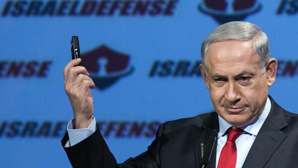 Israeli Prime Minister Benjamin Netanyahu shows a mobile phone (File) - Sputnik Türkiye