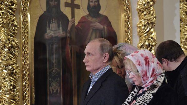 Rusya Devlet Başkanı Vladimir Putin St. Petersburg'daki St.Simeon ve Anna Katedrali'ndeki Noel ayinine katıldı. - Sputnik Türkiye
