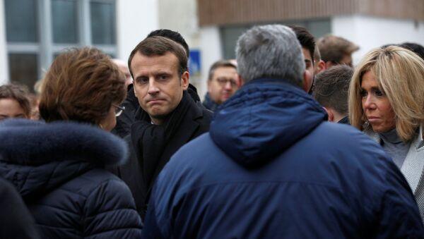 Macron IŞİD üyesi saldırganların 3 yıl önce Paris'te 17 kişiyi öldürdükleri Charlie Hebdo dergisinin ofisi ve koşer marketin önündeki anma etkinliklerine katıldı. Macron ölenlerin anısına çelenk bıraktı ve 1 dakikalık saygı duruşuna katıldı. - Sputnik Türkiye