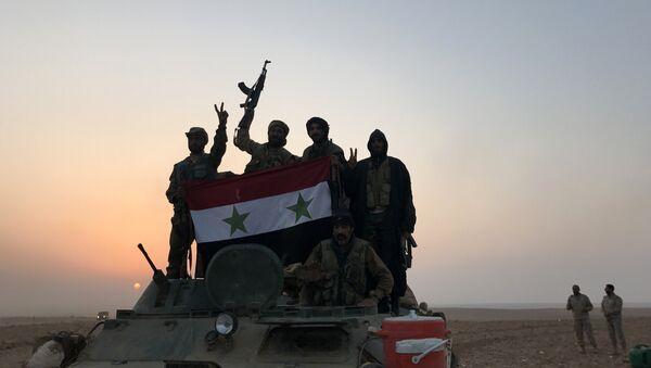 Suriye hükümet güçleri bayrağı Elbu Kemal - Sputnik Türkiye