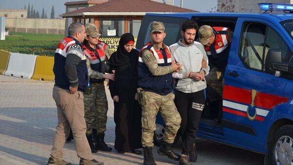 Hatay'ın Kırıkhan ilçesinde, IŞİD mensubu olduğu ileri sürülen Fas uyruklu 1'i kadın 2 zanlı çıkarıldıkları mahkemece tutuklandı. - Sputnik Türkiye