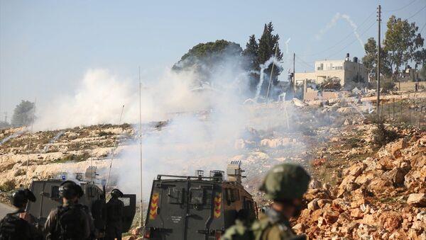 Batı Şeria'da İsrail askerleri göstericilere karşı plastik mermi kullandı - Sputnik Türkiye