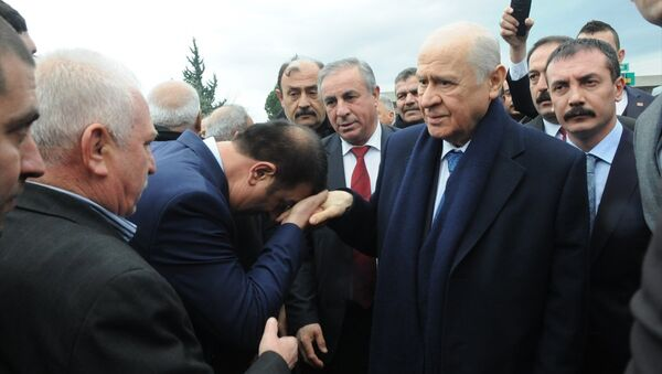 MHP Genel Başkanı Devlet Bahçeli, bir dizi açılış ve temel atma töreni için geldiği Osmaniye'de yolda partililerce karşılandı. - Sputnik Türkiye