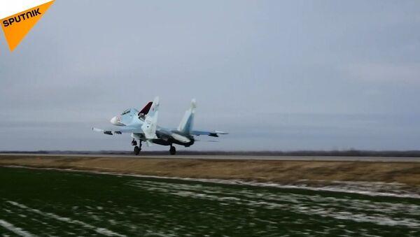 Rus savaş uçaklarının otoyola inişi böyle görüntülendi - Sputnik Türkiye