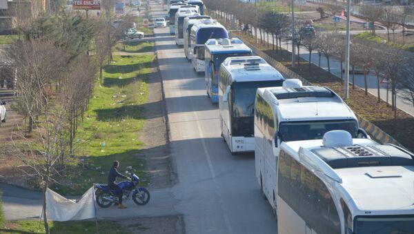 Türkiye'nin eğitip donattığı ÖSO üyesi 800 savaşçı El Bab ve Cerablus'tan alınarak otobüslerle Kilis üzerinden Suriye'nin Afrin kırsalı bölgesine sevk edildi - Sputnik Türkiye