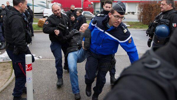 Fransız jandarması Lyon'daki Lyon-Corbas cezaevi önünde girişi engelleyen grevdeki gardiyanlara müdahale etti - Sputnik Türkiye