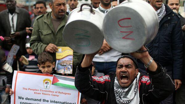 ABD'nin Birleşmiş Milletler Filistinli Mültecilere Yardım Kuruluşuna (UNRWA) verilecek 125 milyon dolarlık yardımın 65 milyon dolarlık bölümünü askıya alması Gazze'de protesto edildi. - Sputnik Türkiye