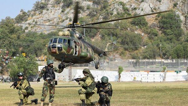 Rus ve Pakistanlı askerler Dostluk 2016 tatbikatında Mi-17 helikoterinden indirme çalışması yapıyor - Sputnik Türkiye