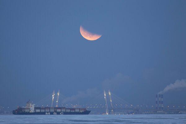 Rusya'nın St. Petersburg şehri semalarında Süper Kanlı Mavi Ay Tutulması - Sputnik Türkiye