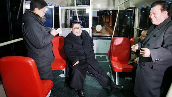 Kuzey Kore lideri Kim'den Pyongyang'da troleybüslü gece gezisi - Sputnik Türkiye