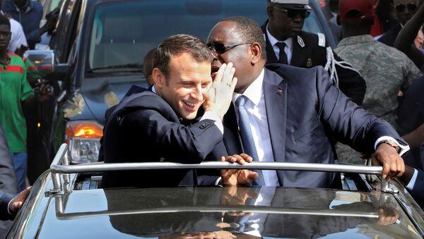 Macron ile Sall, Saint-Louis'de konvoy halinde tur atarken de samimi şekilde sohbet etti. - Sputnik Türkiye