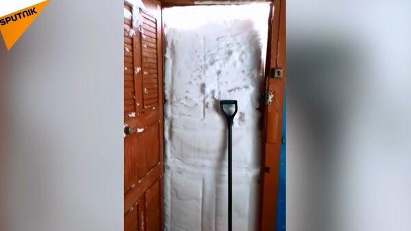 Kapıyı açıp kardan duvara böyle tosladı - Sputnik Türkiye