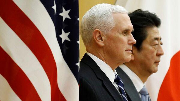 ABD Başkan Yardımcısı Mike Pence-Japonya Başbakanı Şinzo Abe - Sputnik Türkiye