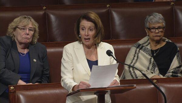 Meclisteki Demokrat Partili azınlığın lideri Nancy Pelosi, göçmen çocuklarına destek için 10 santim topuklu ayakkabılar üzerinde sadece su içerek tam 8 saat 7 dakika konuştu. - Sputnik Türkiye