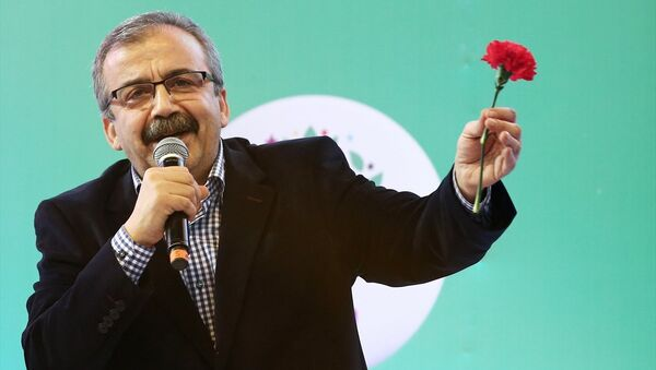 HDP'nin tutuklu milletvekilleri ve belediye başkanlarını selamlayarak konuşmasına başlayan Önder, Onların bize devrettiği bayrağı biz bir başkana devredene kadar yere düşürmeme sözünü veriyoruz. Buradan, Sayın (Abdullah) Öcalan'ı saygı ve sevgiyle selamlıyoruz dedi. - Sputnik Türkiye