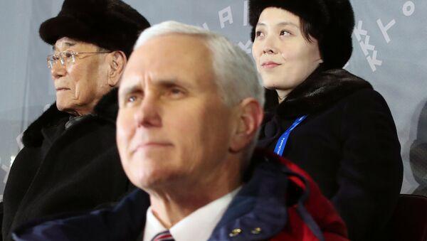 Önce ABD Başkan Yardımcısı Mike Pence, arkada Kuzey Kore'nin temsili Devlet Başkanı Kim Yong-nam ve Kuzey Kore lideri Kim Jong-un'un kızkardeşi Kim Yo-jong - Sputnik Türkiye