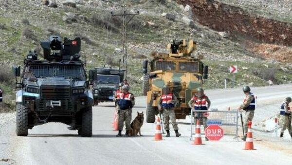 Diyarbakır kırsalında 1200 asker ve korucu ile büyük operasyon DIYARBAKIR'IN 4 ILCESINE BAGLI 71 KOY VE 107 MEZRA KIRSALINDA DUZENLENEN OPERASYON ONCESI SOKAGA CIKMA YASAGI ILAN EDILDI. GUVENLIK GUCLERI, ILCE GIRISLERINDE UYGULAMA NOKTASI KURARKEN - Sputnik Türkiye