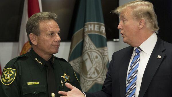 Florida okul katliamı sonrası ABD Başkanı Donald Trump Broward County Şerifi Scott Israel ile görüştü - Sputnik Türkiye