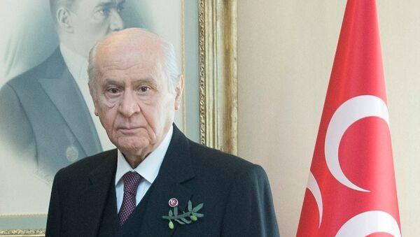 MHP Mersin Çamlıyayla İlçe Başkanlığı üyeleri TBMM'de MHP Genel Başkanı Devlet Bahçeli ile görüştü. Çamlıyayla ilçe teşkilatının kadın üyeleri Afrin'e yönelik devam eden Zeytin Dalı Harekatı'na destek amacıyla Bahçeli'ye iğne oyasından yapılan 'zeytin dalı' şeklinde yaka iğnesi hediye etti. - Sputnik Türkiye
