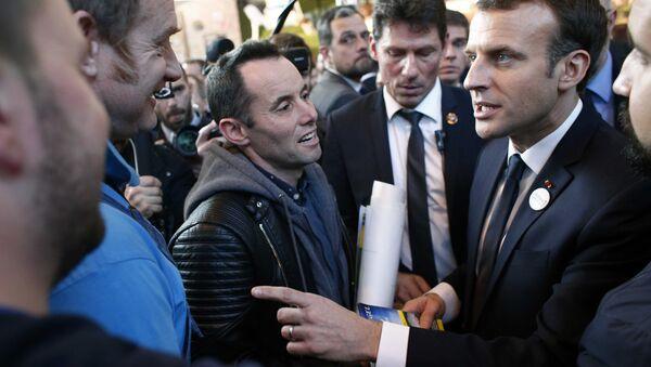 Fransa Cumhurbaşkanı Emmanuel Macron, kendisini protesto eden çiftçilerle konuştu - Sputnik Türkiye