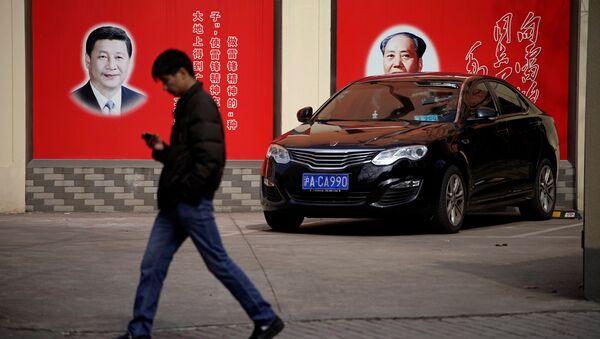 Şanghay'daki bir sokakta yer alan Mao Zedong ve Şi Cinping fotoğrafları - Sputnik Türkiye