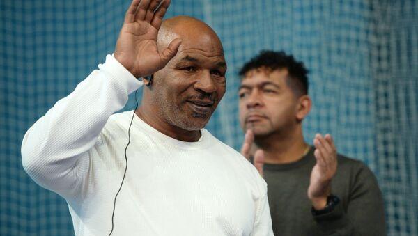 Boxer Mike Tyson during an open boxing master class at the DIVS palace of team sports, Ekaterinburg - Sputnik Türkiye