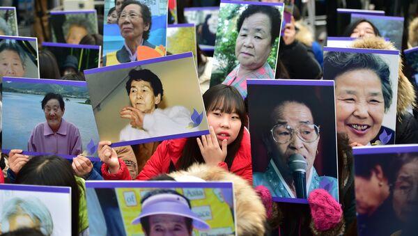 Japonya'nın 2. Dünya Savaşı'nda Güney Koreli kadınları 'rahatlama kadınları' adı altında seks kölesi yapması Seul Japonya Büyükelçiliği önü protesto  - Sputnik Türkiye