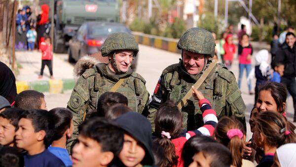 Rus askerleri El Vafedin kampında Suriyeli çocuklarla - Sputnik Türkiye