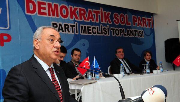 Demokratik Sol Parti (DSP) Genel Başkanı Önder Aksakal Antalya'nın Kemer ilçesinde düzenlenen partisinin meclis toplantısında konuşma yaptı. 17-02-2018 - Sputnik Türkiye