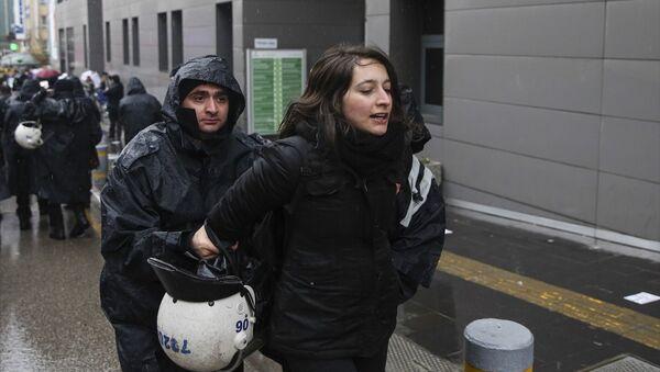 Ankara'da polis 8 Mart Dünya Kadınlar Günü nedeniyle izinsiz gösteri yapmak isteyenlere müdahalede bulundu. - Sputnik Türkiye