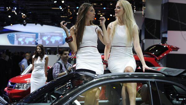 dünyanın en büyük otomobil fuarı IAA Frankfurt am Main Almanya otomobil üzerinde oturan hostesler modeller - Sputnik Türkiye