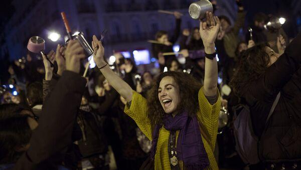 8 Mart Dünya Kadınlar Günü nedeniyle İspanya'nın başkenti Madrid'in Sol meydanında toplanan kadınlar tencere-tava çalarak eylem yaptı - Sputnik Türkiye