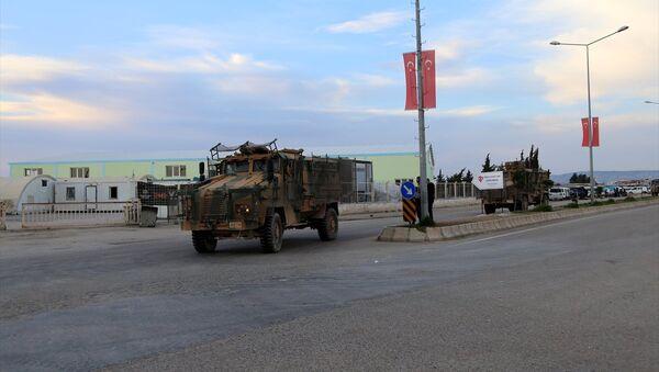 Afrin sınırındaki Kilis'e obüs ve zırhlı araç sevkiyatı - Sputnik Türkiye