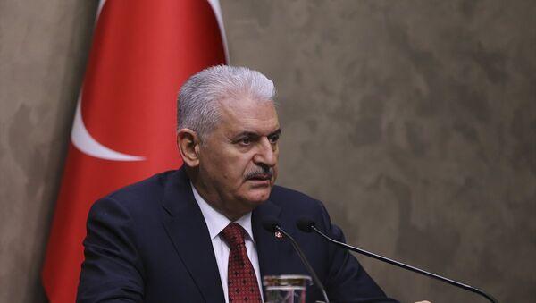 Başbakan Binali Yıldırım, Azerbaycan'a gerçekleştireceği ziyareti öncesi Esenboğa Havalimanı Şeref Salonu'nda basın toplantısı düzenledi. - Sputnik Türkiye