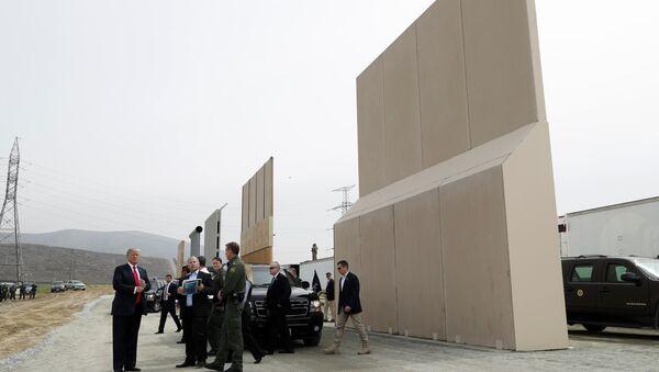 Trump  San Diego yakınlarında Meksika sınırına yapmak istediği duvar için hazırlanan örnekleri inceledi - Sputnik Türkiye