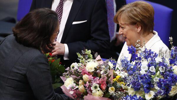 Alman meclisinde oylama: CDU lideri Angela Merkel 4. kez başbakan seçildi. Milletvekilleri sonucu alkışladı, partilerin meclis grup başkanları Merkel'i tebrik edip çiçek hediye etti. - Sputnik Türkiye