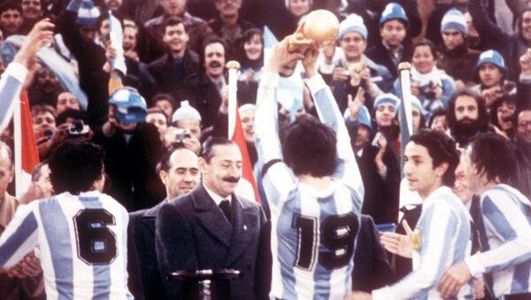 Arjantin 1978 FIFA Dünya Kupası, cunta lideri Jorge Rafael Videla başta kaptan Daniel Passarella (No 19) Arjantin milli takım futbolcularına Dünya Kupası'nı veriyor, River Plate Stadium, Buenos Aires, 25 Haziran 1978. - Sputnik Türkiye