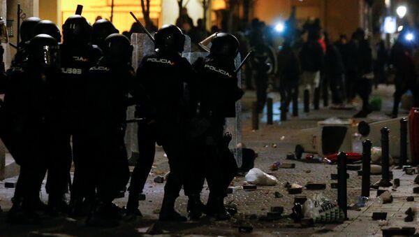 Madrid'de polisin sokakta motosikletle kovaladığı Senegalli satıcı kalp krizi geçirerek öldü. Göçmenlerle polis arasında şiddetli çatışmalar çıktı. - Sputnik Türkiye