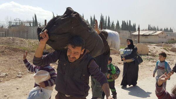 Residents leave the territory of Eastern Ghouta - Sputnik Türkiye