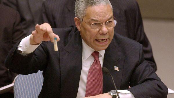 Госсекретарь Колин Пауэлл с пробиркой на заседании Совбеза ООН, 2003 год  - Sputnik Türkiye