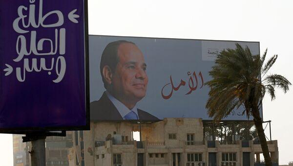 Kahire'de bir seçim afişi. Afişte Cumhurbaşkanı Sisi'nin fotoğrafının yanında 'Umut sizsiniz' yazıyor - Sputnik Türkiye